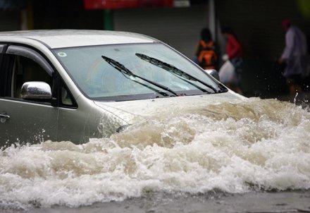 Chạy xe Innova mùa mưa bão